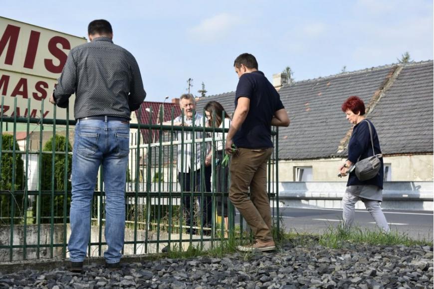komisja ocenia stan drogi remontowanej