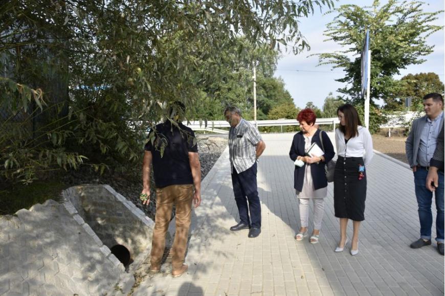 komisja składająca się sześciu osób ocenia stan drogi