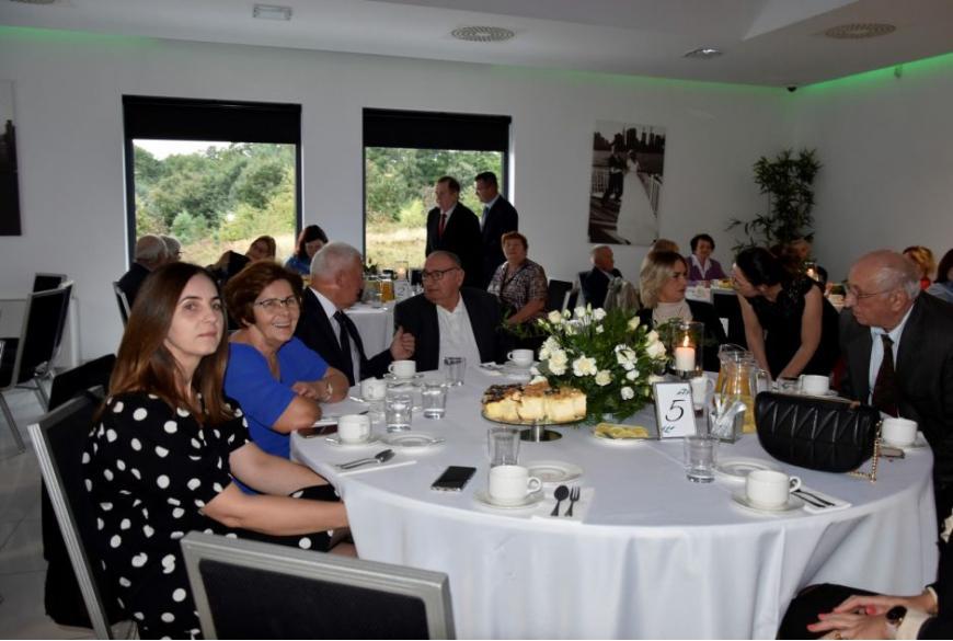 pary małżeńskie siedzą przy okrągłym stoliku