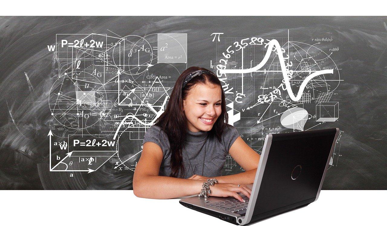 Ilustracja do informacji: Internetowe lekcje w szkole w Słonem