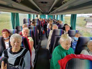 Miniatura zdjęcia: Seniorzy siedzą w autokarze